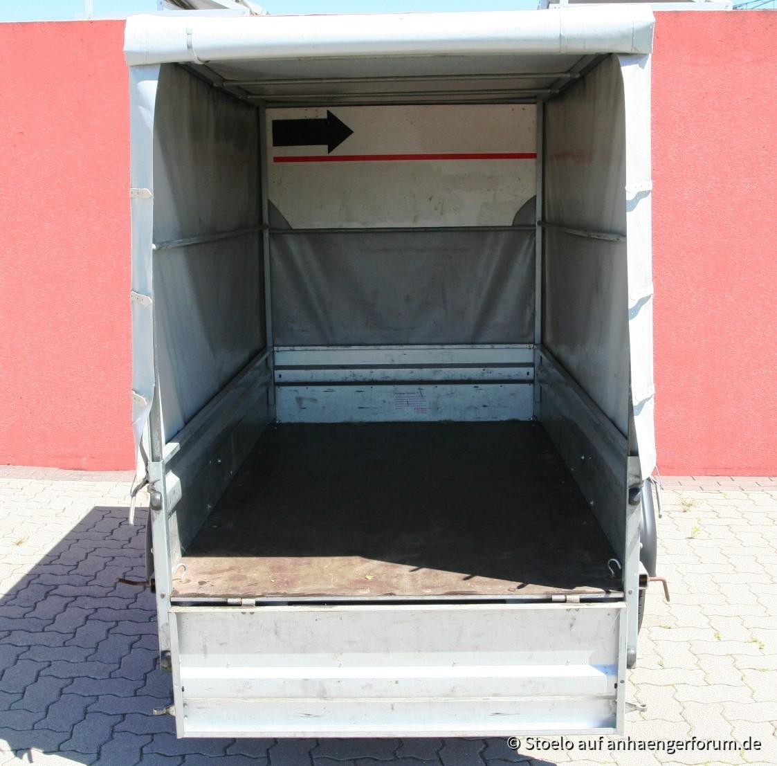 Auch hier mit Schutzplatte, damit die Plane nicht durch den Fahrtwind in den Anhänger gedrückt wird.