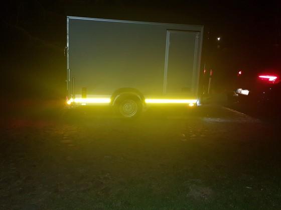 Seitenansicht bei Nacht