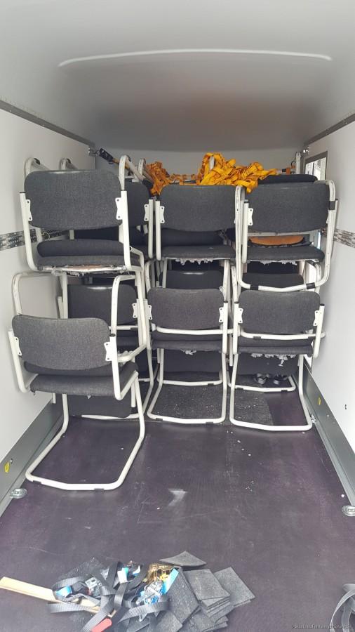 40 Stühle für einen Konferenzraum