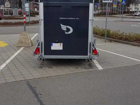 Auf dem Anhänger-Parkplatz bei IKEA